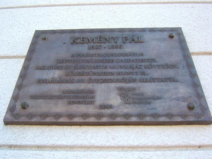 Emléktábla Kemény Pál tiszteletére a Göllei Általános Iskola és a jelenlegi Napköziotthonos Óvoda falán