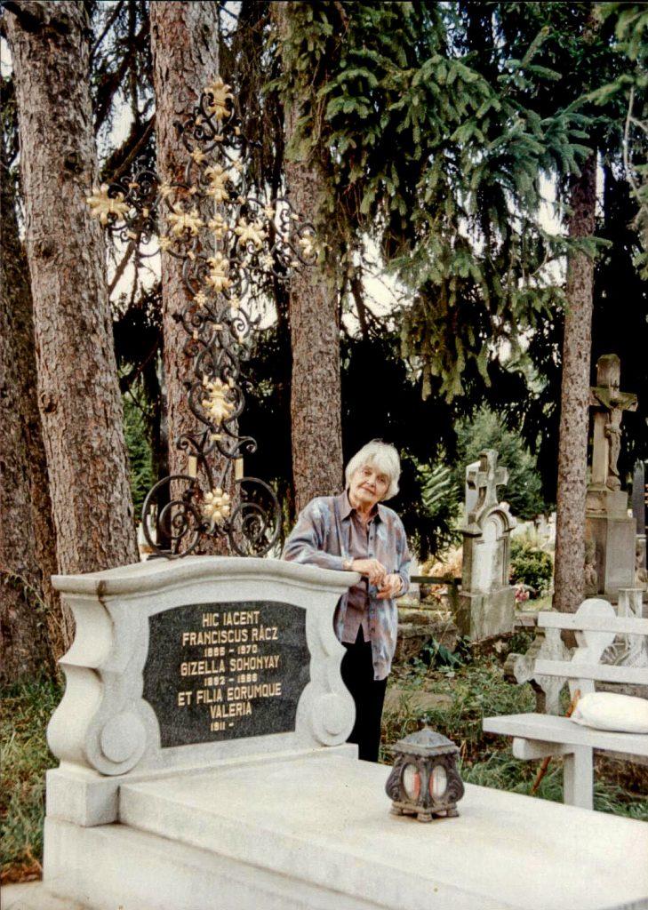 Rácz Vali szülei sírjánál a göllei temetőben