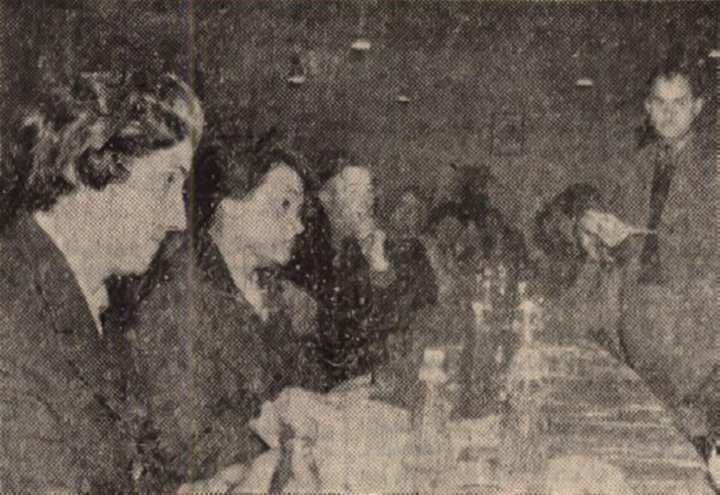 Román vendégeink a göllei pártklubban.